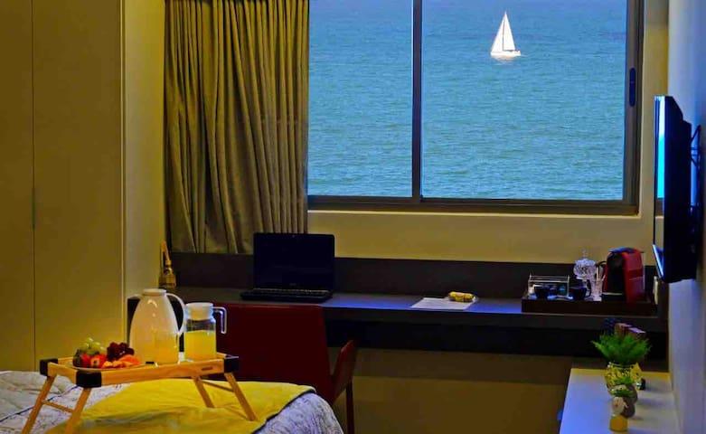 Linda vista de frente para o mar ! Obs.Café da manhã não está incluso na hospedagem .