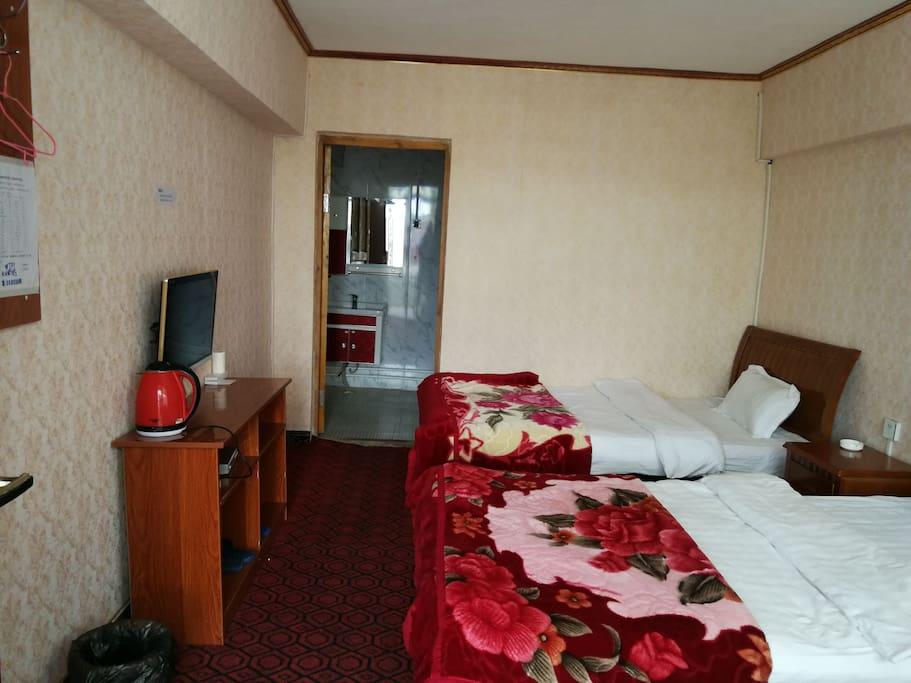 1.2米的床2张,有独立卫生间,二十四小时有热水