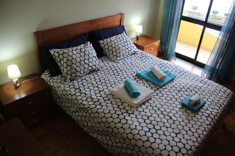 Chambre bleue avec son lit double et son grand placard