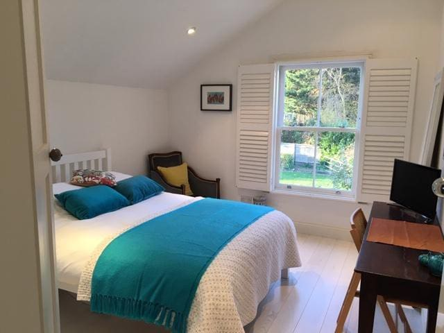 Lovely double bedroom in pretty cottage