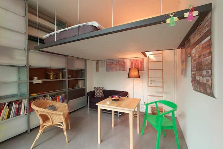 Centrally located, sunny Studio.