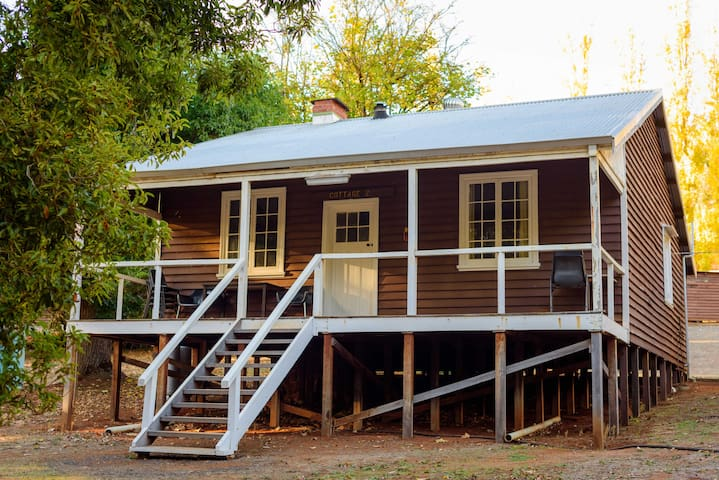 Wood Cottage. Historic Location - Great Stay