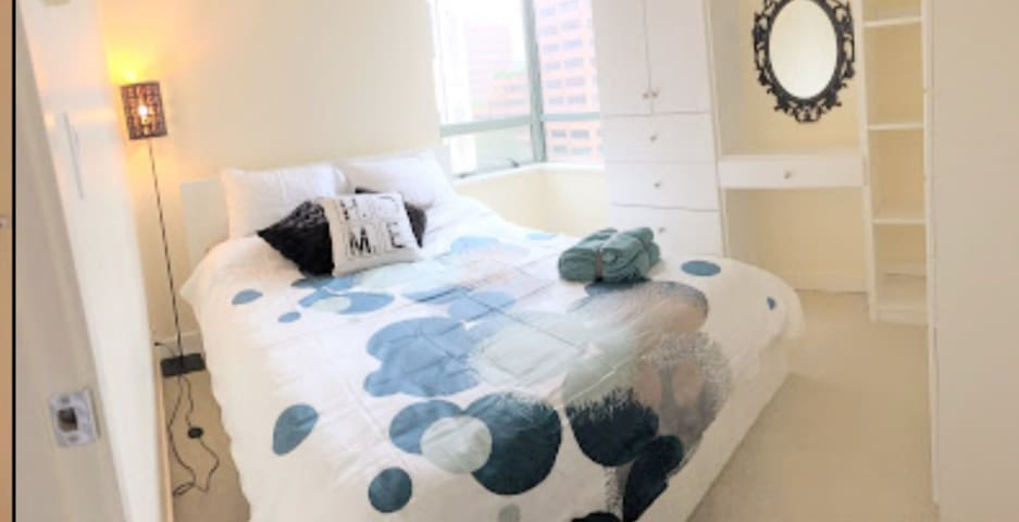 Trendy 2brm, sleeps 5, central location, Parking!!