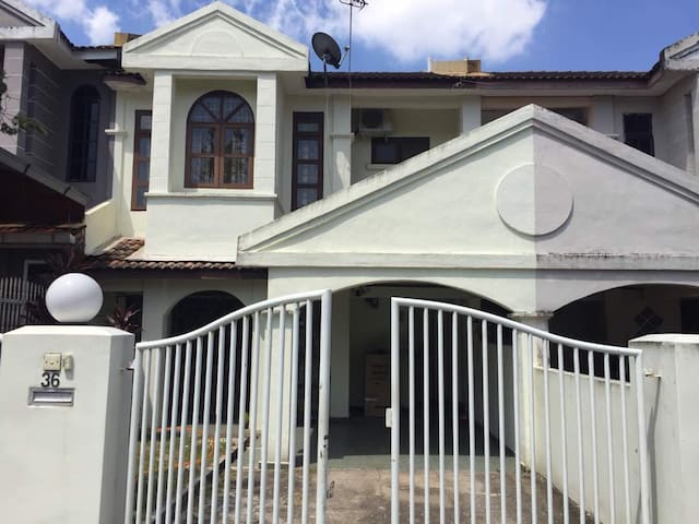 Homely home fully aircond, free wifi near KMC, UIA