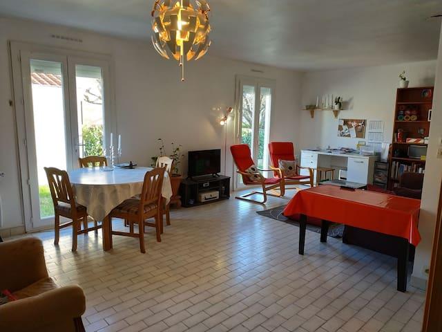 Chambre dans maison confortable au calme.