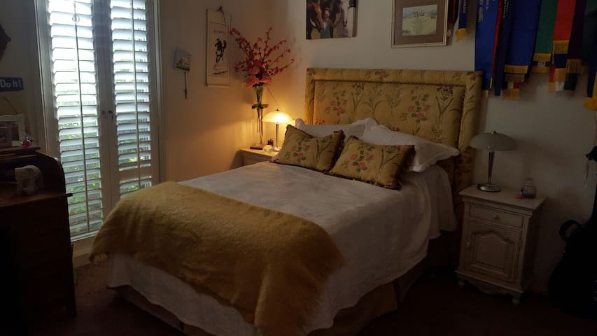 Bright sunny room with a double bed - Dubbo - Huis
