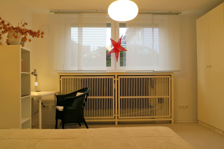 Schlafzimmer /Schreibtisch/Kleiderschrank