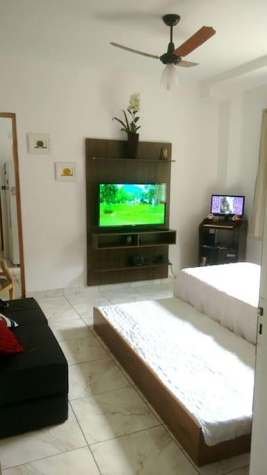 Stúdio com guarda roupa  Bi-cama, sofá cama, Smart TV e computador