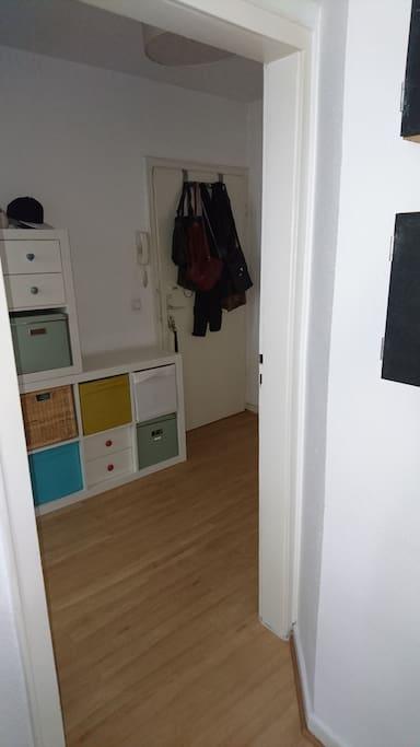 Blick aus der Küche in den Flur (mit der Haustür)