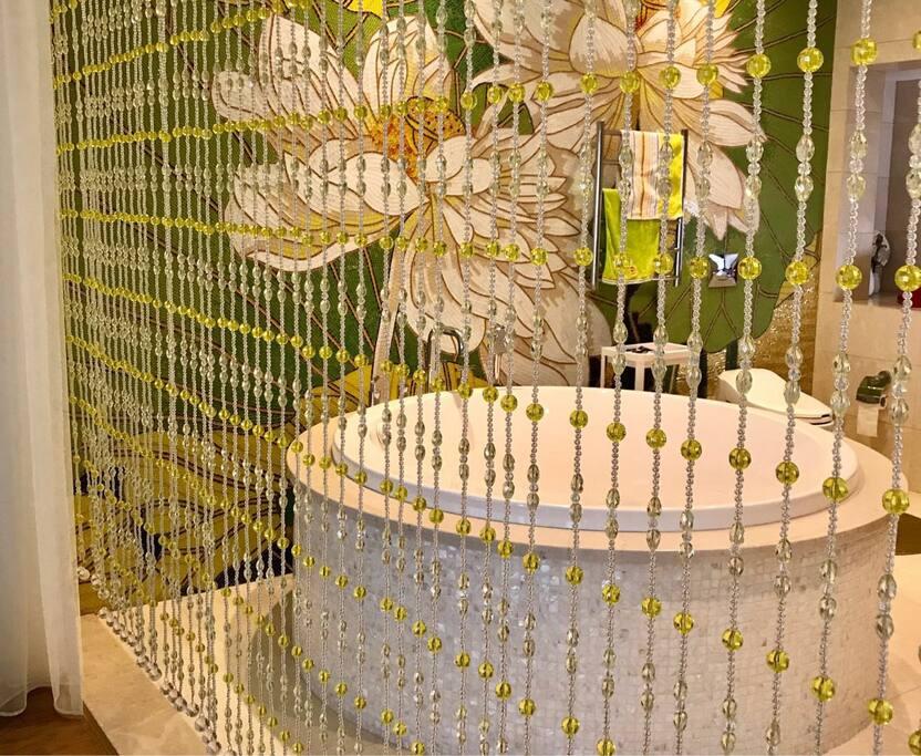直径150厘米的大浴缸可容纳二个人一起泡澡。
