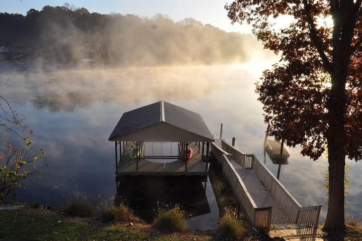 """Gorgeous Lakefront Home in """"No Wake Zone"""""""