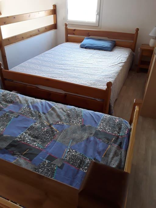 A l'étage, une mezzanine avec un lit 2 personnes, un lit simple et une armoire de rangement...
