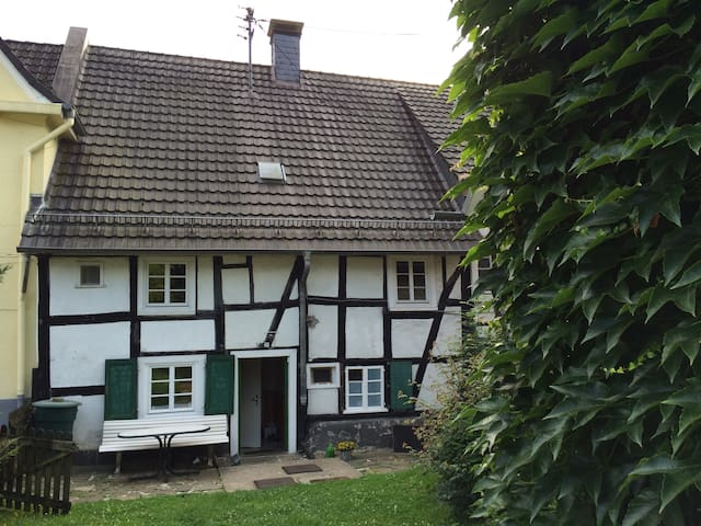 Fachwerkhaus mit Garten in Gummersbach Zentrum - Gummersbach - Casa