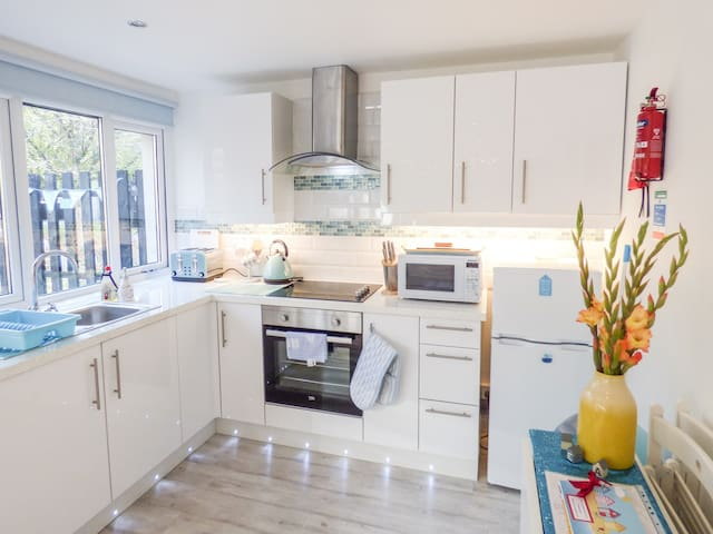 MERMAIDS REST, family friendly, with pool in St Ives, Ref 969640