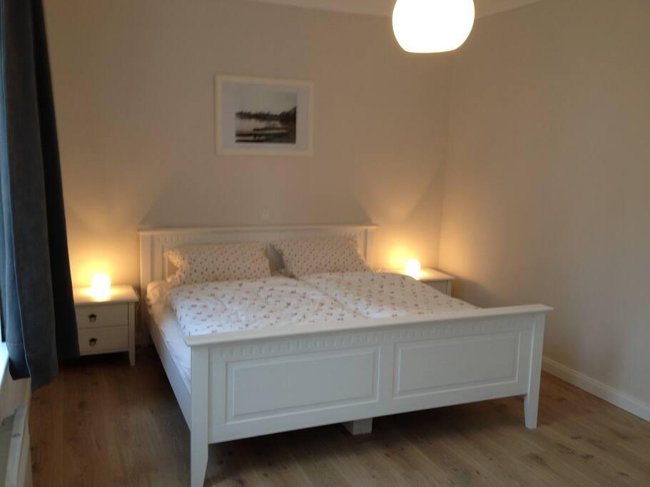 Das Schlafzimmer mit großem gemütlichen Bett