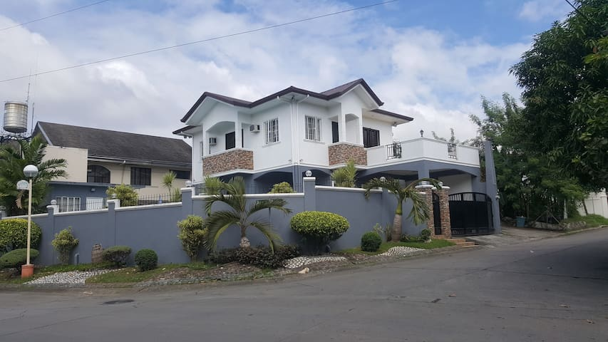 5 Bedroom House w/ pool in BF Resort Village - Las Pinas - Huis