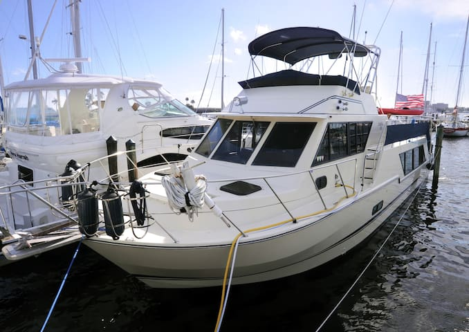 52 foot luxury yacht at Regatta Pointe Marina