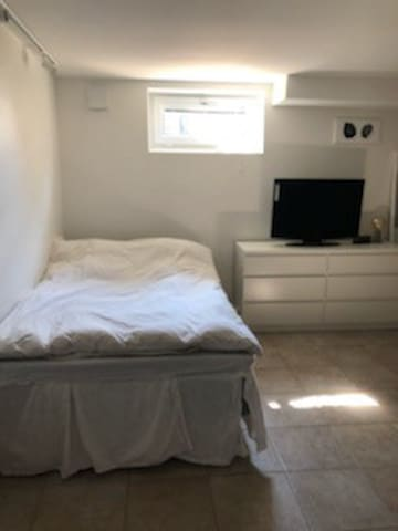 Inte helt aktuell bild, det kommer att vara en 160 säng samt en fåtölj.