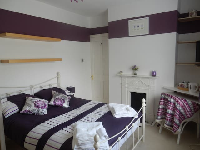 Double room/private bathroom, off street parking