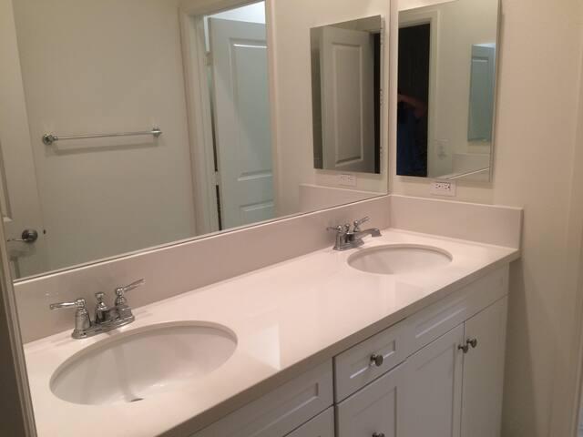 全新房子,二房一浴室,设备崭新完善,全新舒适的床 - San Diego - Hus
