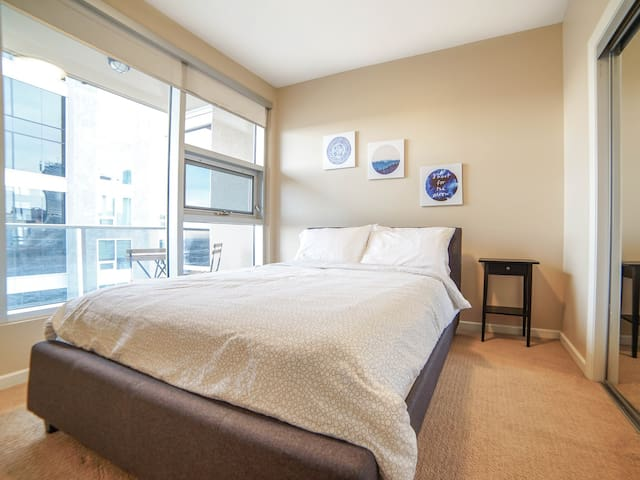 Pristine 25th Floor DT Condo/Saddledome/UG Parking