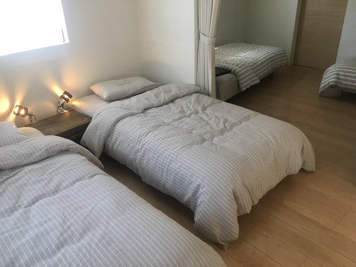 鎌倉・腰越の小さな川沿い 築浅・設備充実・とても清潔なお部屋。鎌倉・江ノ島観光に最適。無料駐車場有り
