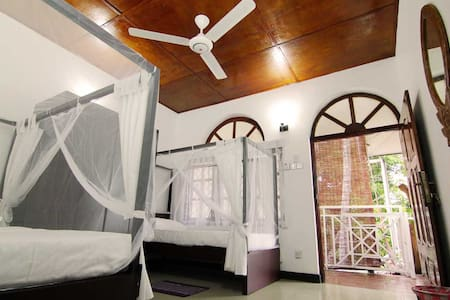 2 Single Beds + Sunrise & Mountain View Balcony - Kandy - Hostel