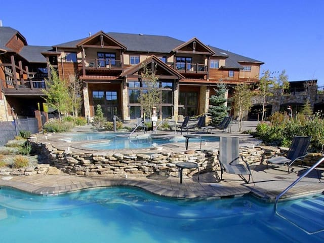 Ski In/Out, 8 Hot Tub/Pools, Queen Bd, Kitchenette