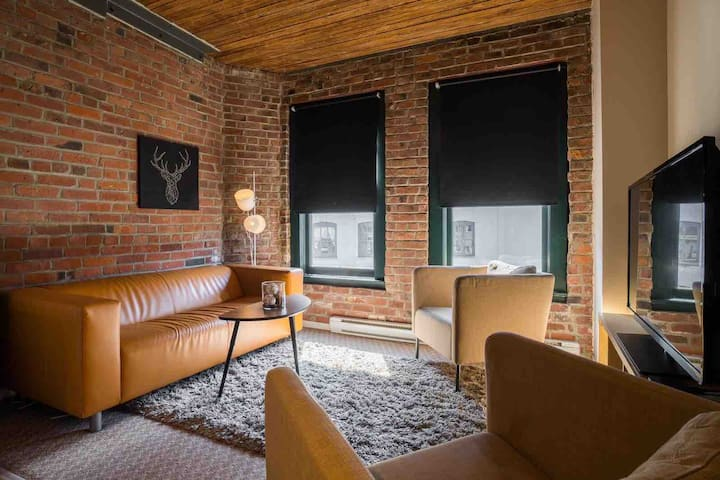 Beautiful sanitized loft in Gastown W/AC