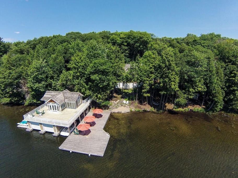 Boathouse with 2 beds, bath & kitchen + awesome deck & dock!