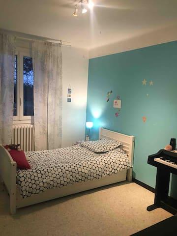 Chambre avec 1 lit pour une personne ainsi qu'un lit tiroir pour un enfant