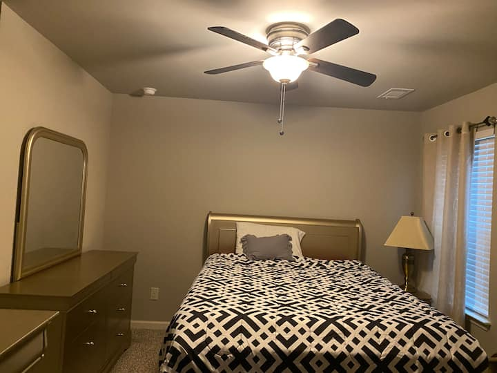 Quiet, Affordable Brand new home/Room with Netflix