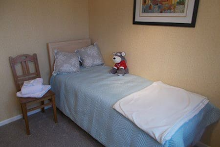SINGLE ROOM -  VILLAGE LOCATED YORKSHIRE WOLDS WAY - Cherry Burton - House