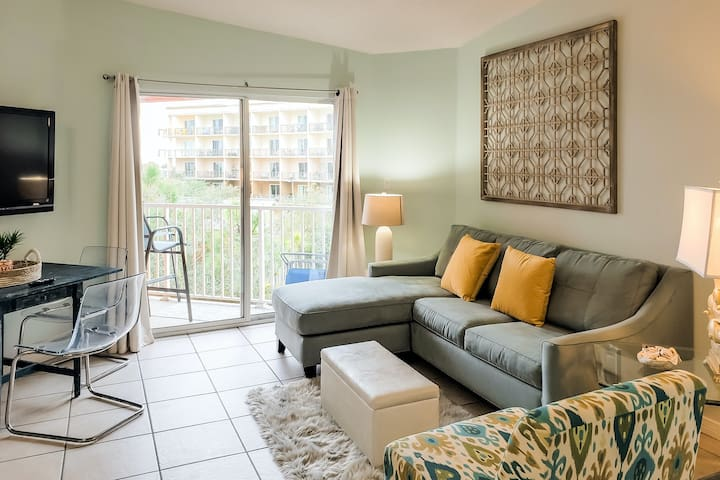 Ideally-located coastal condo w/ shared pool, hot tub, balcony, & beach access!