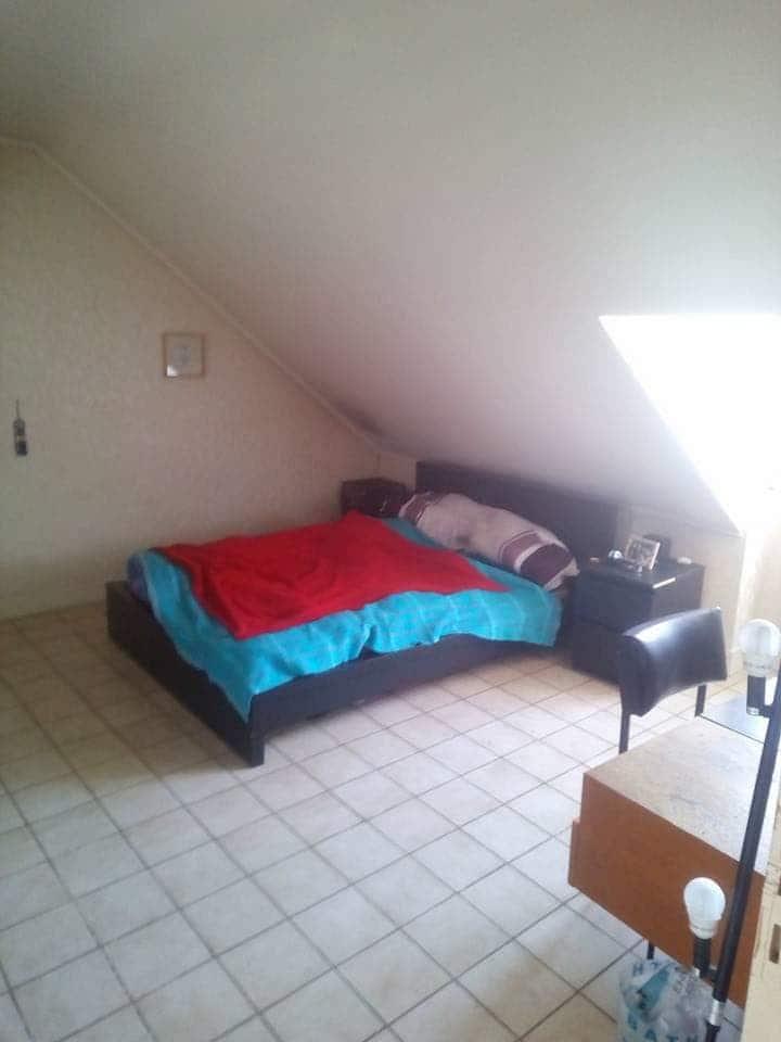 Grande chambre entièrement meublée