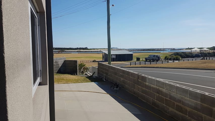 Beach and Lake Entrance views - Lake Illawarra - Huoneisto