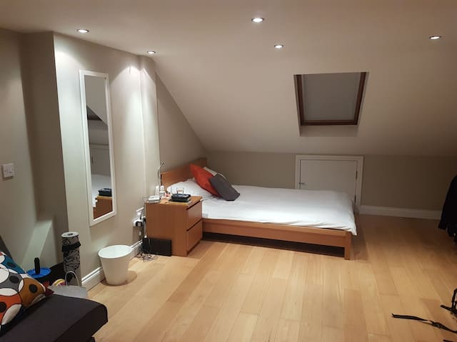 Large double room with ensuite in shared house.
