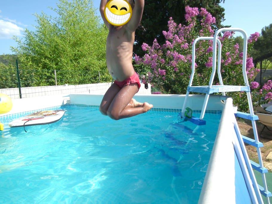 une piscine hors sol pour la sécurité des enfants.