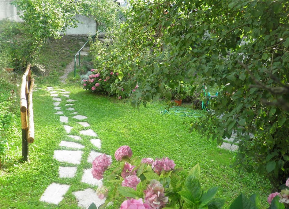 ingresso  dalla strada attraverso il giardino ....