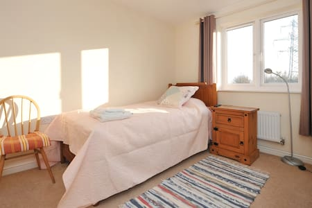 A room in Portishead with a single bed by marine - Portishead