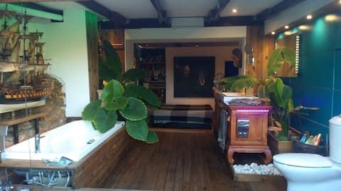 1 master bedroom with en suite tropical bath