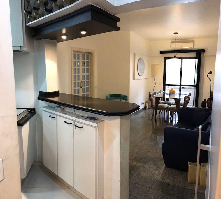 Entrada com sala principal e cozinha americana full a esquerda