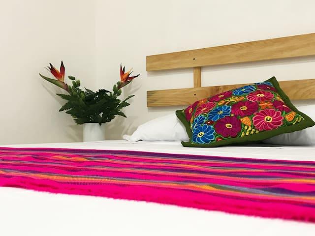 Bromelia Suite  1 - AC/Netflix/WIFI/kitchenette