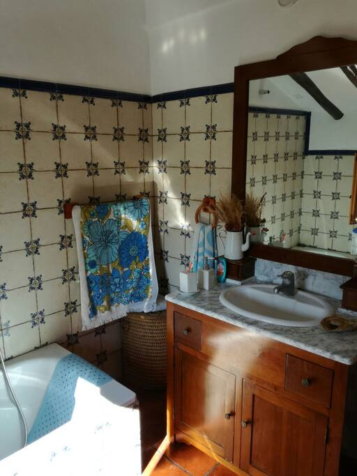 Old fashion bathroom with wiews to the garden