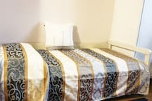 Letto camera singola pronto per gli ospiti