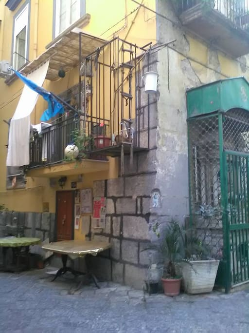 """esterno del """"basso napoletano"""",sede della nostra associazione"""