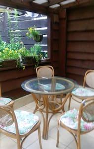 Dom z zielonym gankiem przy modrzewiach - Sucha Beskidzka