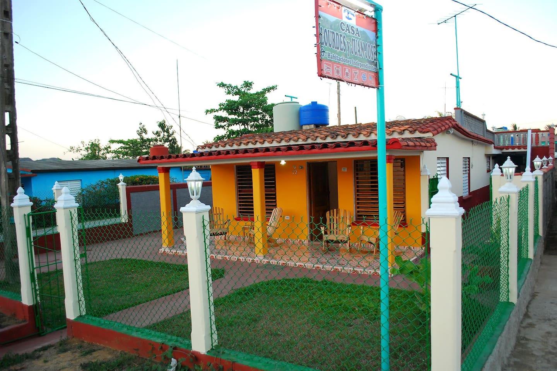 La casa cuenta con entrada privada tanto para huespedes como para coches, se encuentra protegida por cerca e iluminación 24 horas