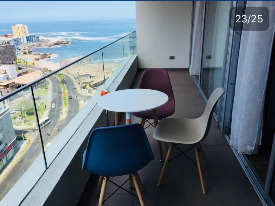 Balcón del departamento con hermosa vista a la costa y al centro de la ciudad