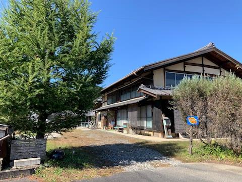 150 år gammelt japansk hus i dyp natur*.